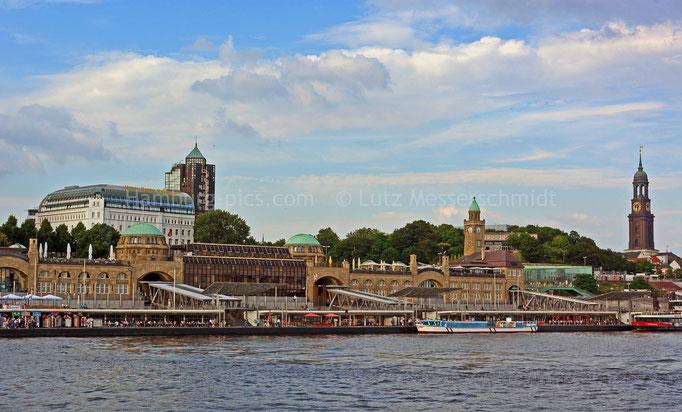 Blick auf die St. Pauli Landungsbrücken mit HOTEL HAFEN HAMBURG und Michel