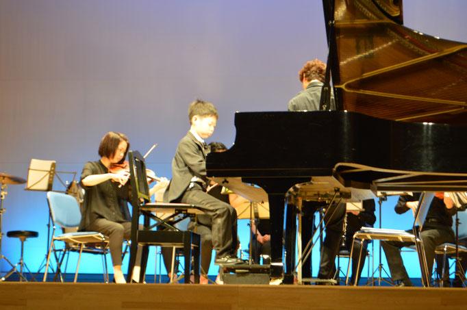 ホールコンサートでは生のオケをバックに演奏します