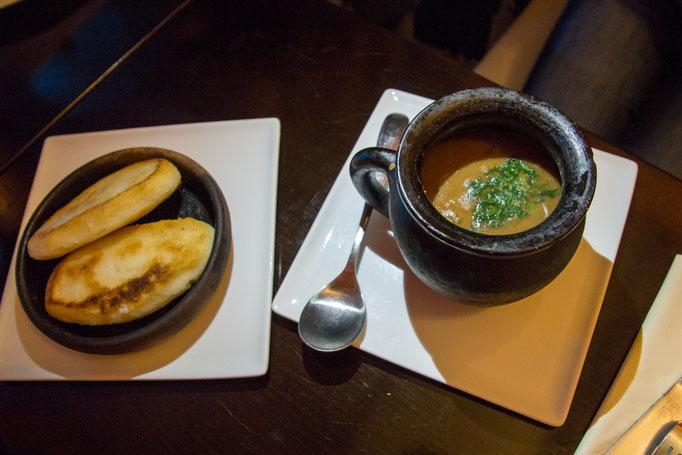 Lobio Vegetarisch (Bohneneintopf im Tongefäß mit frischem Maisbrot)
