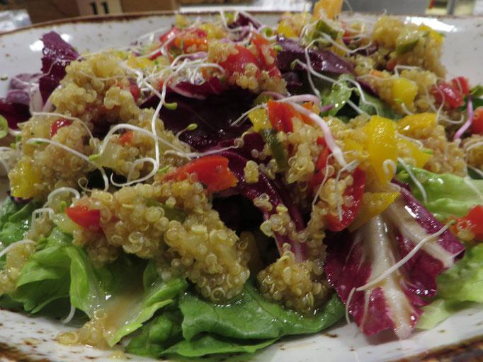 Quinoa-Salat mit gebratener Wassermelone, Salatherzen und Chili