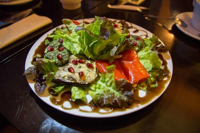 Pchalis asorti (Auberginen, Spinatbällchen und Grill-Paprika mit Walnusspastete und Granatapfelkernen)