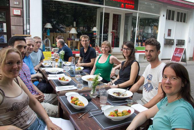 glückliche Runde bei sommerlichen Temperaturen - bevor der Platzregen einsetzte und wir letzten Stammtischler nach drinnen flüchteten