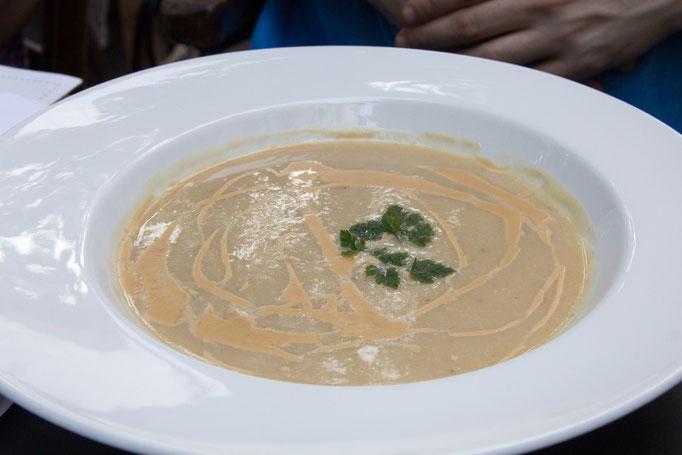 Das Süppchen auf der Karte als Suppe auf dem Teller: Suppe von Sellerie und Sommerapfel