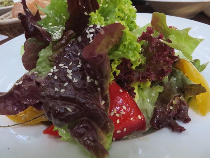 Salat Kostbar mit gebratenem mediterranen Gemüse und Sesam