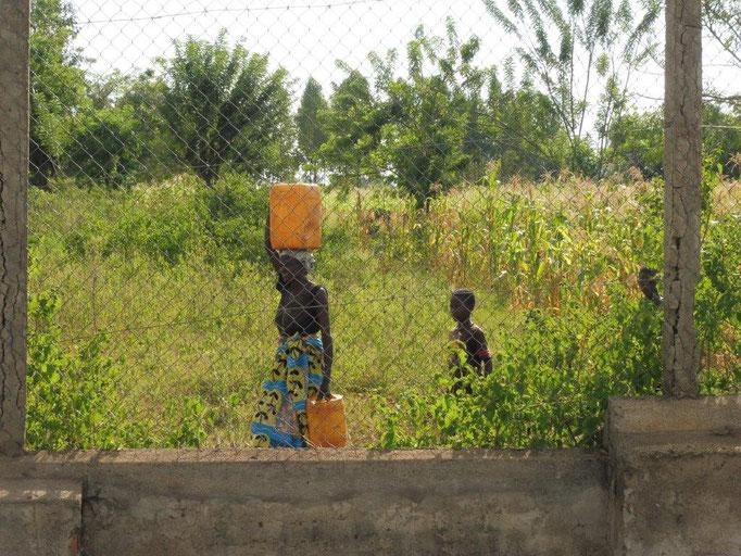 Dorfbewohner bekommen bei uns frisches Wasser