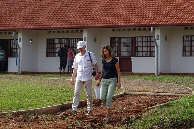 Eberhard und Magdalene Ruess vor unserem Gästehaus in Osia