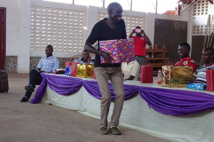 Tanzende Geschenkübergabe