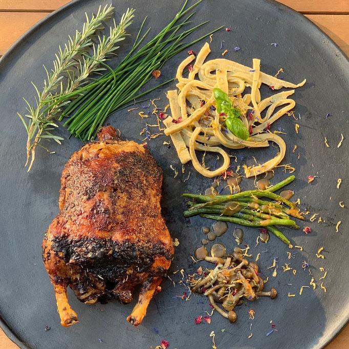 Gegrillte Ente mit Bohnen, Pilzen und Basilikumnudeln.