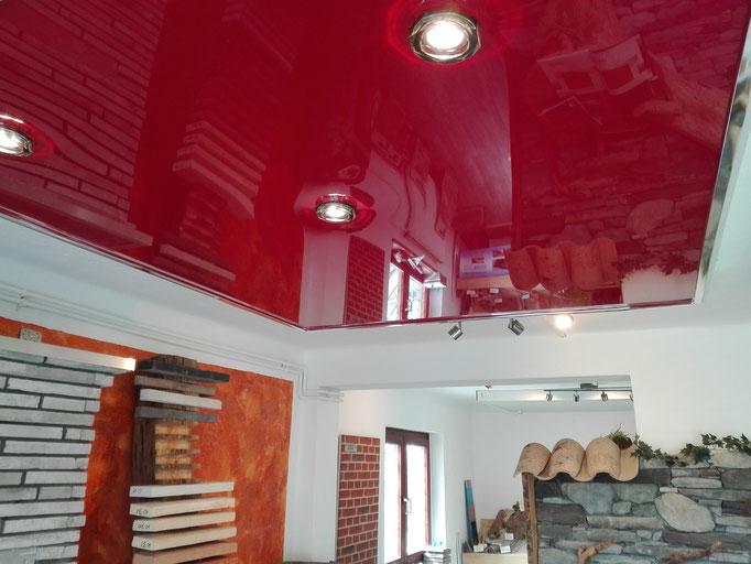 rote Glanzspanndecke Muster Ausstellung mit Spots Foto:  MERLIN