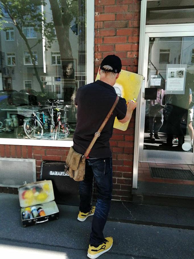 Bananensprayer Thomas Baumgärtel in aktion!