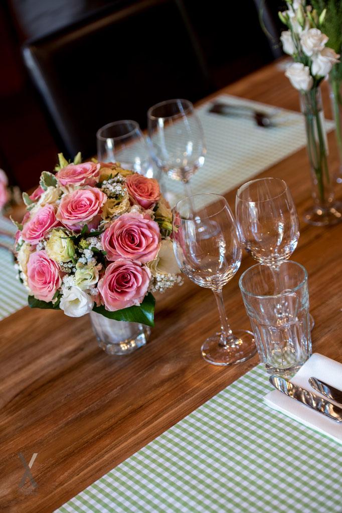 Hochzeit Tischdekoration mit Brautstrauss
