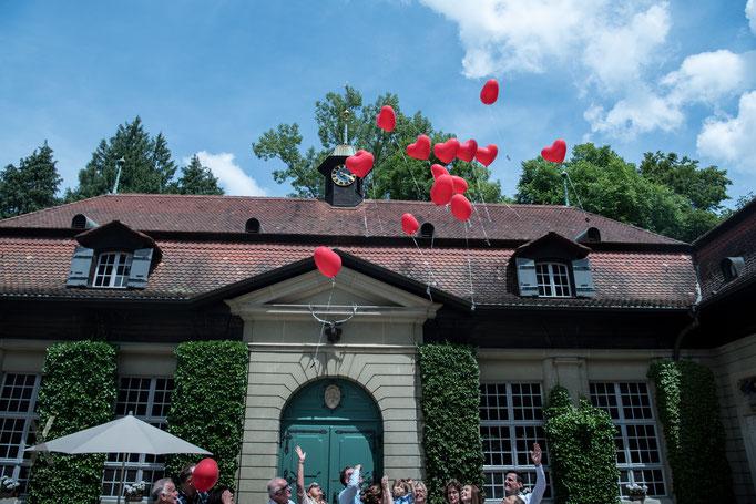 Hochzeit Herzballons mit Wünschen für das Brautpaar  in den blauen Himmel steigen lassen