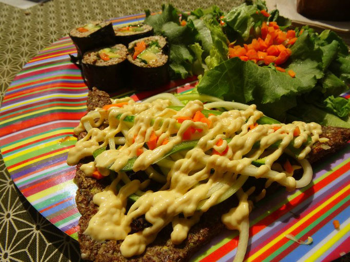 """Plat """"Moit-Moit"""" avec un part de Pizza à la crème de Cajou et un part Sushi avec toujours une salade de graines germées à côté"""