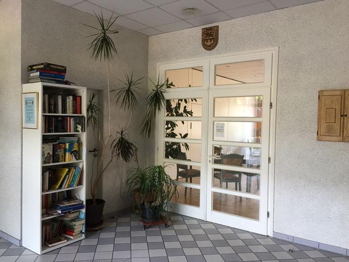 Eingangsbereich mit Bibliothek