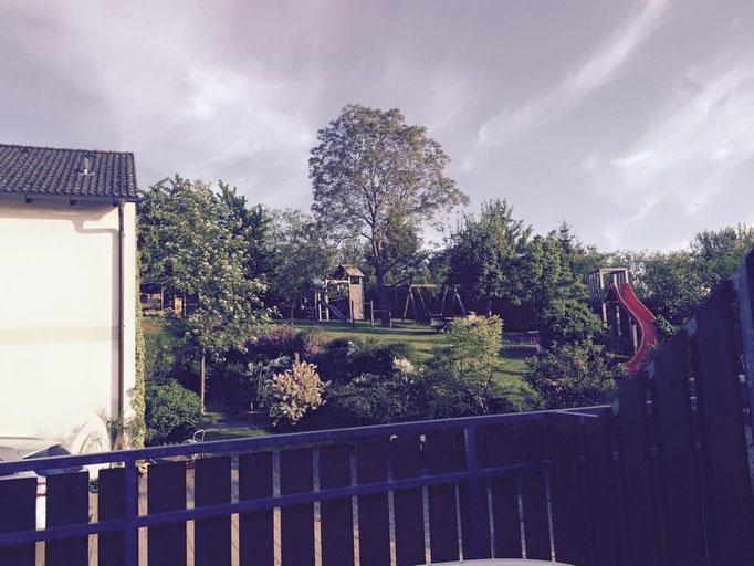 Ein Blick auf unseren Garten inkl. Spielplatz