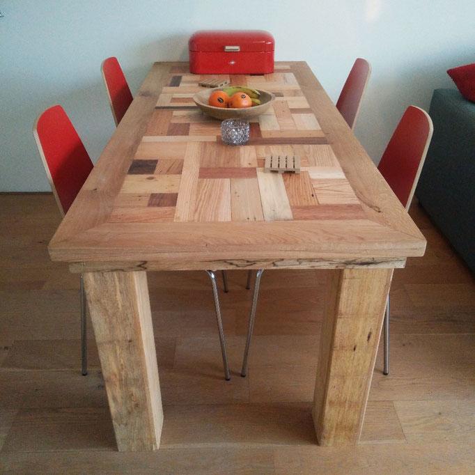 bonte tafel met tafelpoten van eikenhout