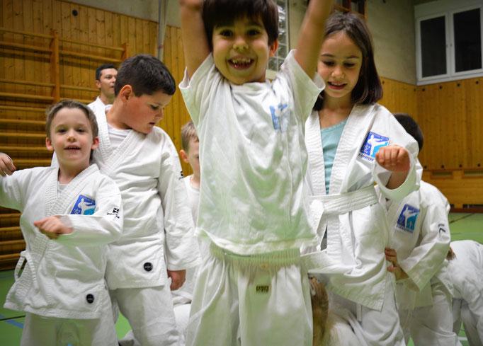 Bewegungsfreude und Kameradschaft durch Kampfkunst mittels Spiel und Spaß, hier 4 und 5 Jahre