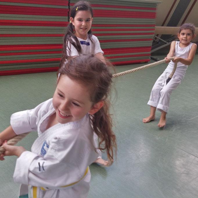 Bewegungsfreude mit Karate, hier Mädchen im Kindergartenalter
