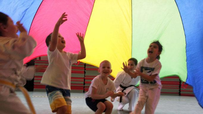 spielerisch mit Bewegung und viel Abwechslung zu Kampfkunst für Kinder, hier 3, 4 , 5 Jahre