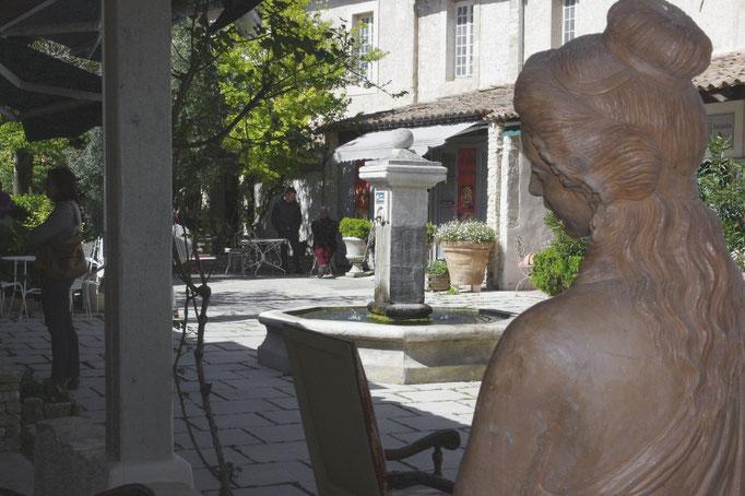 Im Hof eines Antiquitätenhändlern Dorf