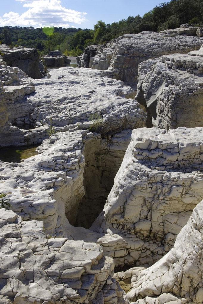 Die Sautadet Wasserfälle, Spalten durch dem Fluss geschnitzt