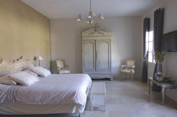 chambre côté verger, 32 m2, l'armoire provençale et le lit king size