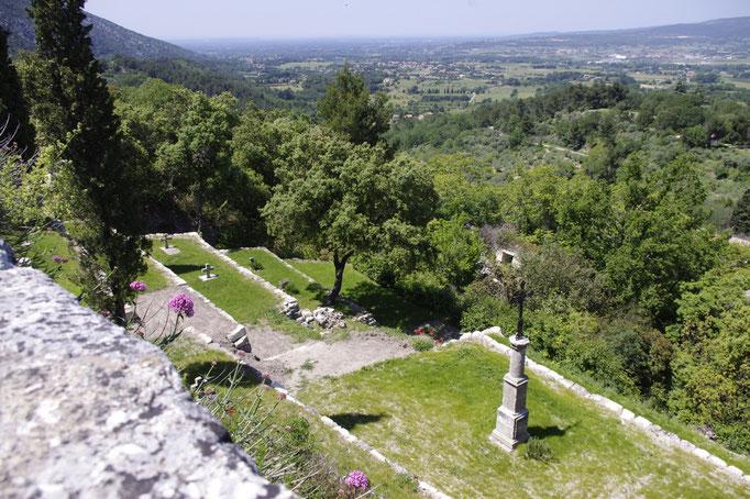 oppède-le-vieux, le petit cimetière de l'église avec sa vue dominante