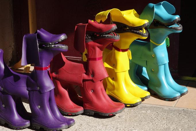 Eine originale Weise, Stiefel durch einer Künstlergruppe in Isle-sur-la-Sorgue zu benutzen