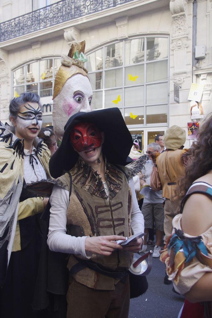 Die Eröffnungsparade für das OFF Festival von Avignon, mehr als 1.000 Stücke