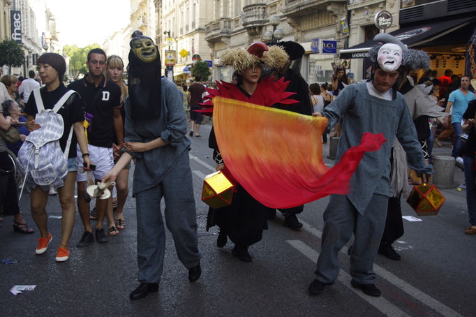 La parade d'ouverture du festival OFF d'Avignon, musique, théâtre, one man shows