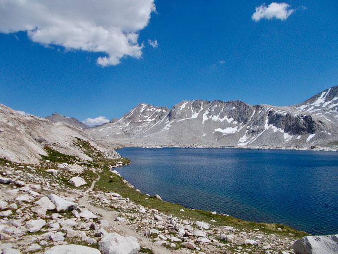 Der Blick von Wanda Lake zurück zum Pass.
