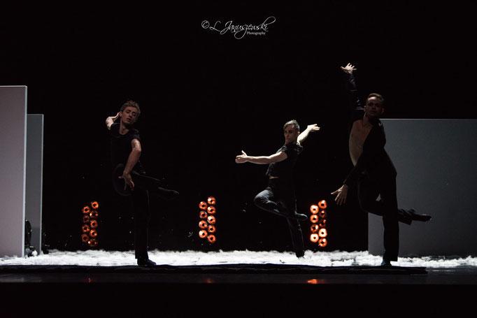 Extremely Close - by Alejandro Cerrudo; Ballett Hagen Vs.2018; dancers: Gonçalo Martins da Silva, Alexandre Démont, Gustavo Barros; photo: Leszek Januszewski