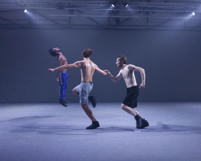 Unstern - by Moritz Ostruschnjak, Schwere Reiter, München, dancers: Antoine Roux-Briffaud, Lazare Huet, Gaetano Badalamenti; photo: Jubal Battisti
