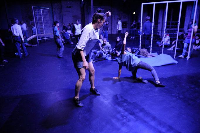 synekism:groove space - by Sebastian Matthias; Sophiensaele Berlin; dancers: Lisanne Goodhue, Harumi Terayama; photo: Dieter Hartwig