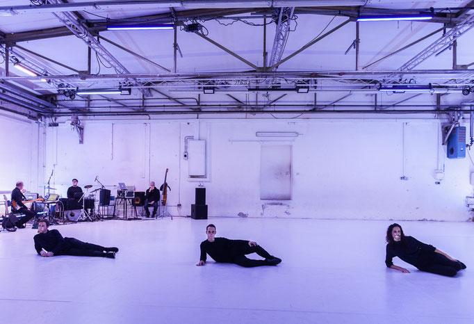 Text Neck - by: Moritz Ostruschnjak in cooperation with 48Nord, dancers: Isaac Spencer, Alexis Jestin, Anna Fontanet Bassas; Schwere Reiter München; photo: Franz Kimmel