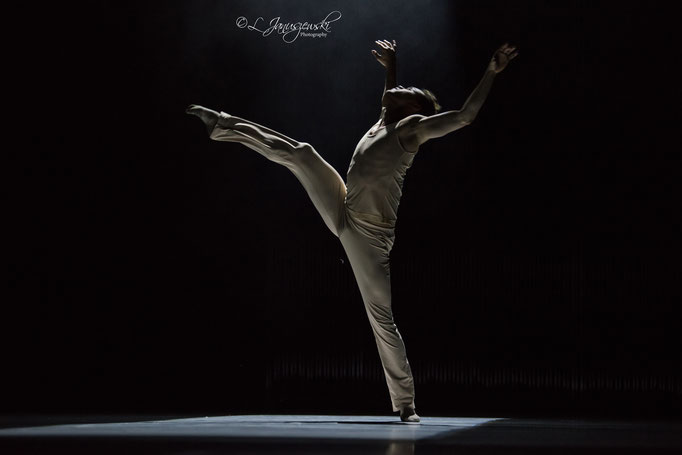 Luminous Heart - by Alfonso Palencia; Ballett Hagen; dancer: Gustavo Barros; photo: Leszek Januszewski