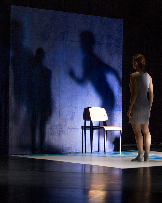The Elephant has left. This Room. - by Ashley Wright; Théâtre Bellevue, Cuire (Lyon); dancer: Aurélie Gaillard; photo: Michel Cavalca
