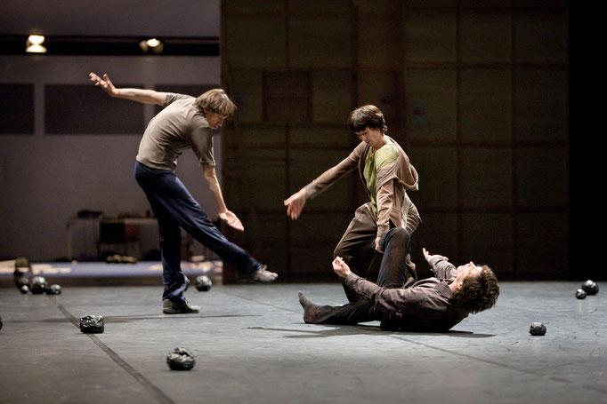 I don't believe in outer space; dancers: Esther Balfe, David Kern, Ander Zabala; photo: Dominik Mentzos