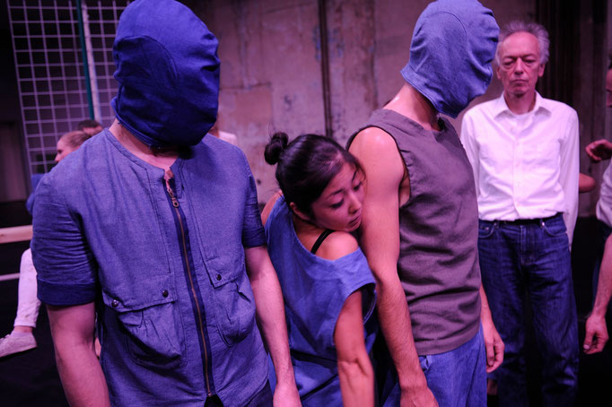 synekism:groove space - by Sebastian Matthias; Sophiensaele Berlin; dancers: Jubal Battisti, Harumi Terayama, Idan Yoav; photo: Dieter Hartwig