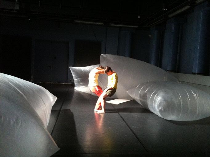LEVITATION - by Wolfgang Kurtz & Irene Schröder; LOFFT Leipzig; dancers: Berit Jentzsch, Irene Schröder; photo: Tanja Ruehl