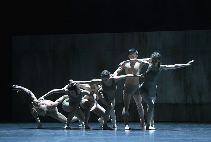 Now and Then - by Alejandro Cerrudo; Hessisches Staatsballett; dancers: Ramon John, Great Dato, James Nix, Kristin Bjerkestrand, Masayoshi Katori, Margaret Howard; photo: Bettina Stöß