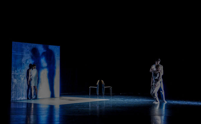 The Elephant has left. This Room. - by Ashley Wright; Théâtre Bellevue, Cuire (Lyon); dancers: Kristina Bentz, Aurélie Gaillard, Caelyn Jean Knight, Adrien Delépine; photo: Christel Mauve