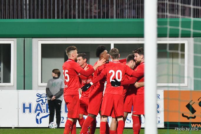die Mannschaft rund um den Doppeltorschützen freute sich über den erkämpften Sieg und konnte die rote Laterne in Mattersburg lassen