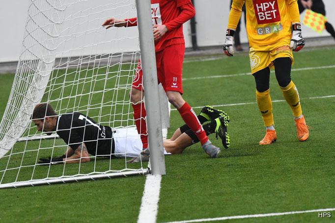 Nicht nur der Ball sondern auch Dominik Starkl fanden den Weg ins Tor der roten Grazer