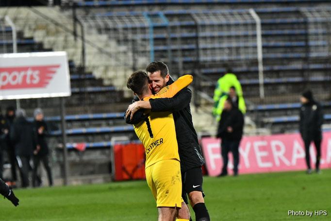 Nach dem Schlusspfiff fielen sich Andreas Leitner und Christoph Schösswendter ob dem gewonnen Punkt in die Arme