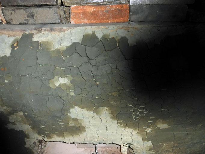 瓦粘土で補修した部分が乾いてくる様子