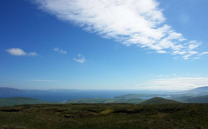 Blick vom absolut höchsten Punkt am Connor Pass nach Süden zur Dingle Bay und Iveragh Peninsula