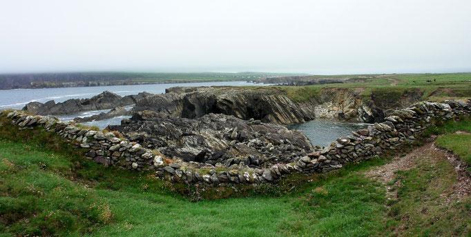 Feldmauern zwischen Dunquin und Clogher, Westküste Dingle