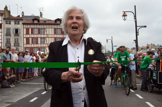 Madame HESSEL coupe le ruban pour donner le départ de la vélorution.