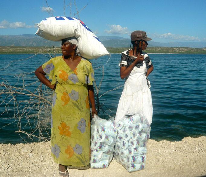 2010 Schweres Erdbeben in Haiti. Bild vom Grenzübergang. Blick nach links - Richtung Haiti | Blick nach rechts -Richtung Dominikaische Republik
